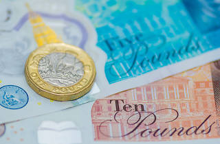 Banknotes and pound coin