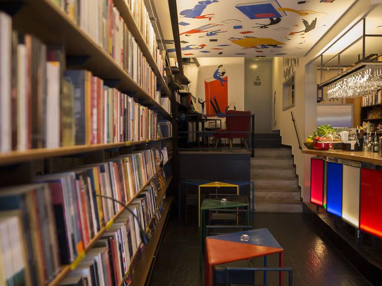 Instale-se num bar que também é livraria
