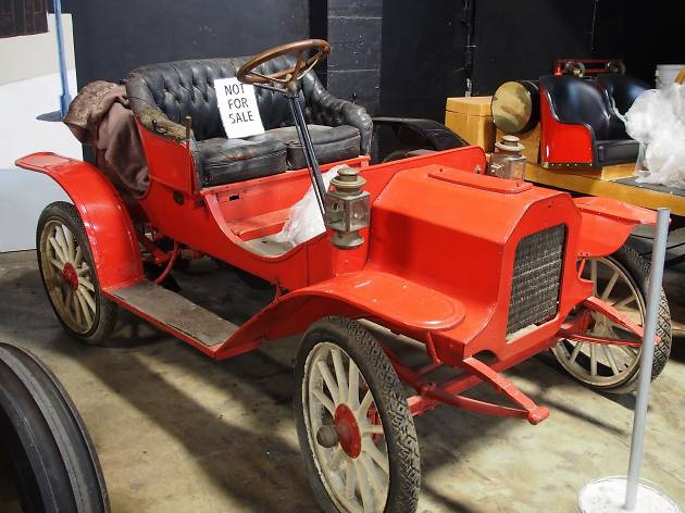 A red 1908 REO car