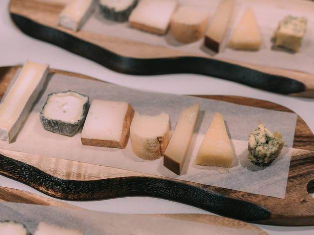 Descubre dónde preparan la mejor tabla de quesos de Madrid