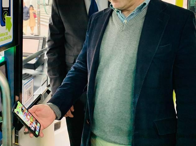 pago con tarjeta móvil en el autobús