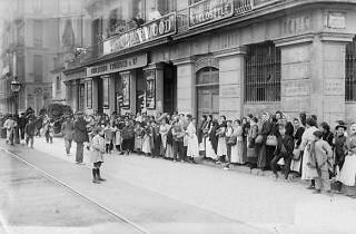 Cua davant una carboneria del carrer Balmes amb motiu de la vaga de La Canadenca, Barcelona. Febrer de 1919. Fons Brangulí