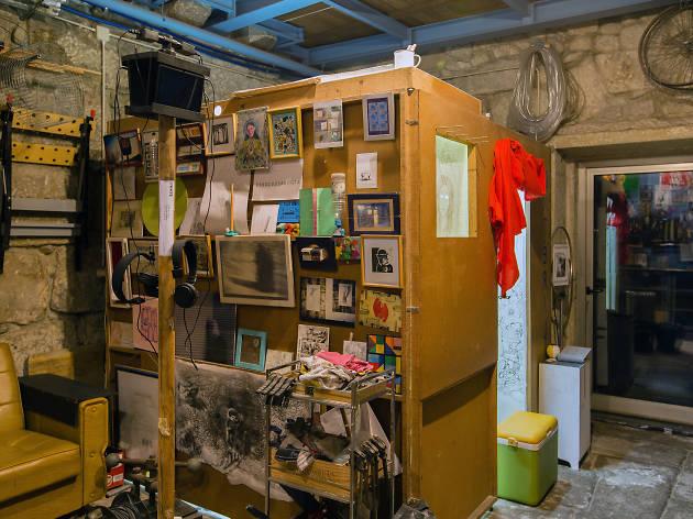 A galeria é uma caixa de 2x2x2 no ateliê de Teixeira Barbosa