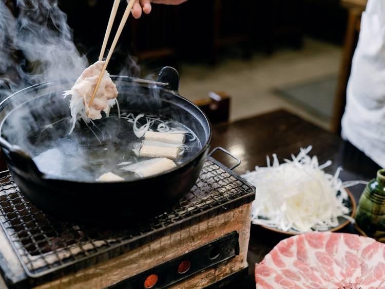 伝統の豚しゃぶ鍋を囲む。