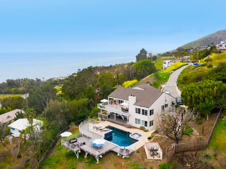 Estate with spa and pool in Malibu
