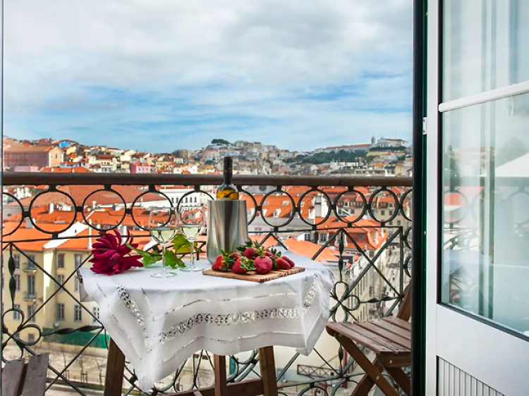 Neat first-floor flat with a terrace, Rossio