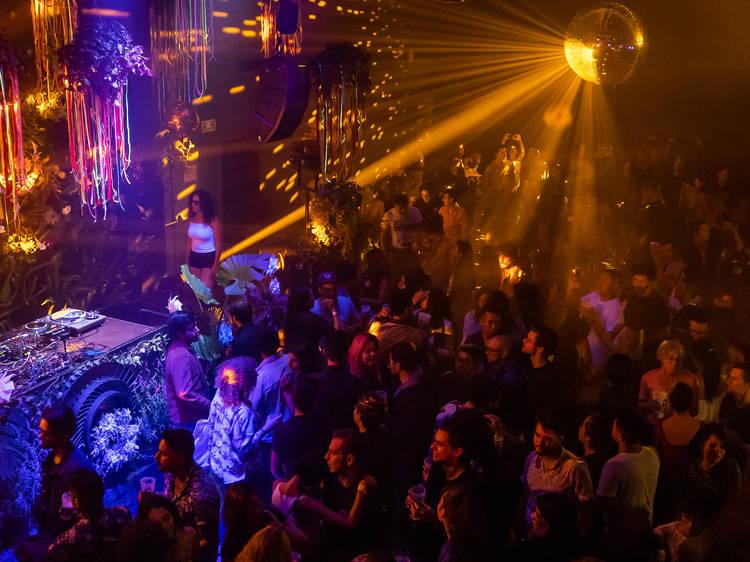Bailar en las residencias de electro-tropical de Onda Mundial