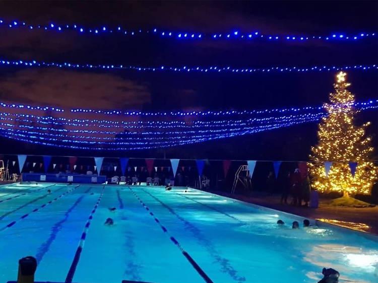 Uma piscina aberta à noite