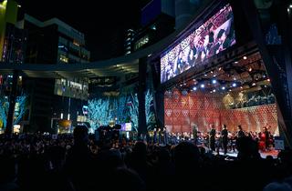 コバケンの「アイーダ」で盛大に幕開け、池袋で夜の野外クラシックコンサートがスタート