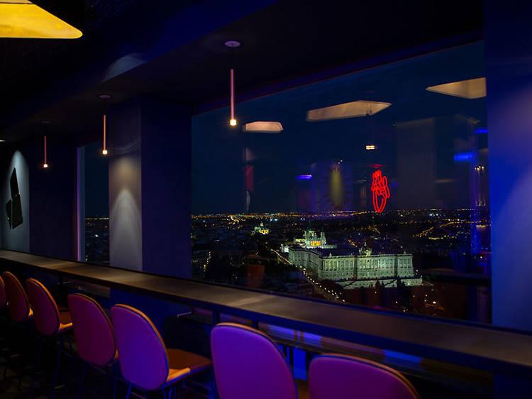 Acceso a la terraza y al bar
