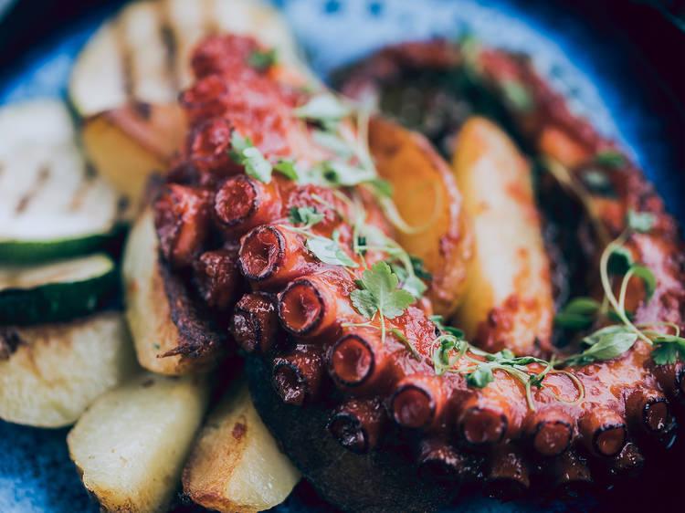 Saboreie a cozinha global portuguesa da Sra. Peliteiro