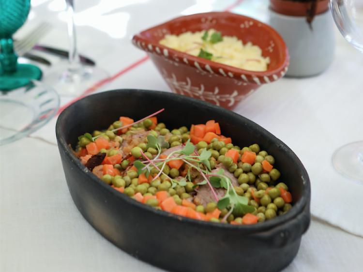 Língua estufada com puré de batata, ervilhas e cenoura