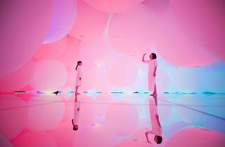 Expanding Three-Dimensional Existence in Transforming Space - Flattening 3 Colors and 9 Blurred Colors, Free Floating, 2009-2018, Interactive Installation, Endless, Sound: Hideaki Takahashi