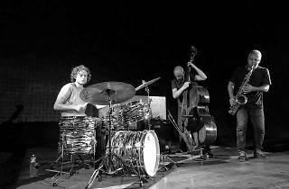 Rodrigo Amado (saxofone), Gonçalo Almeida (contrabaixo) e Onno Govaert (bateria)