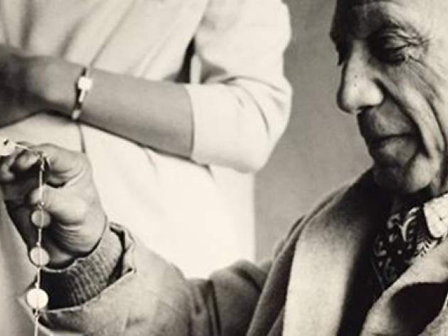 Picasso examinant un collaret
