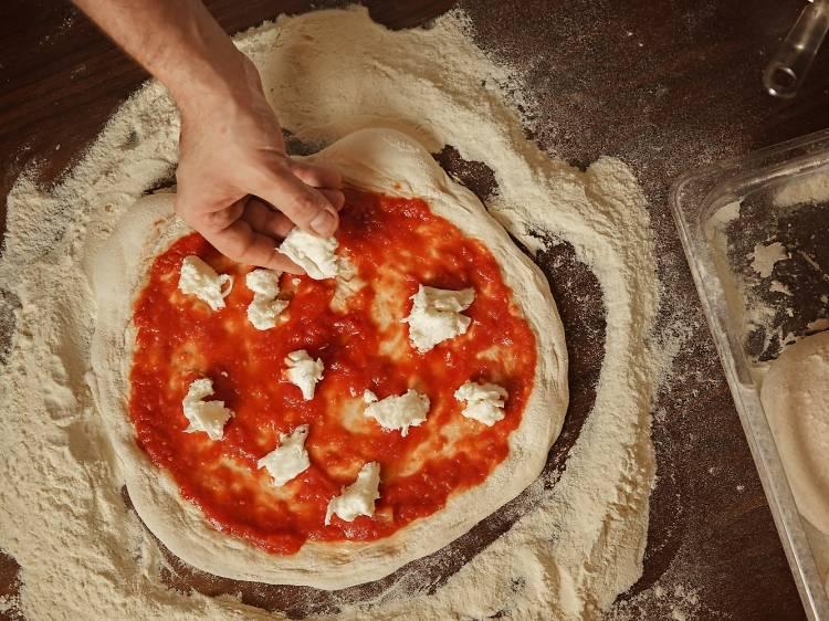 Aprenda a fazer pizza em casa e torne-se num pizzaiolo