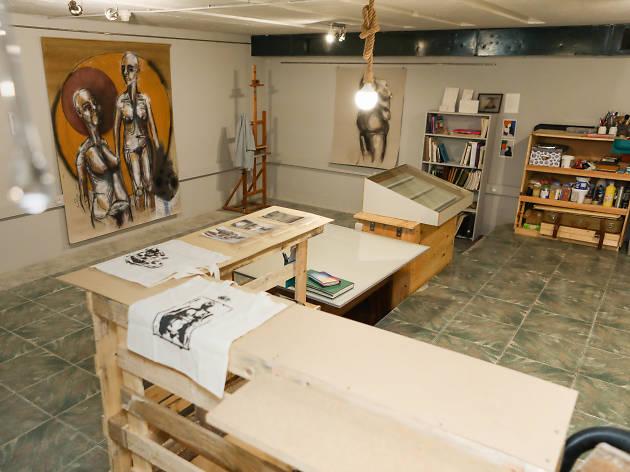 Pintura de azulejo na Oficina Cobalto
