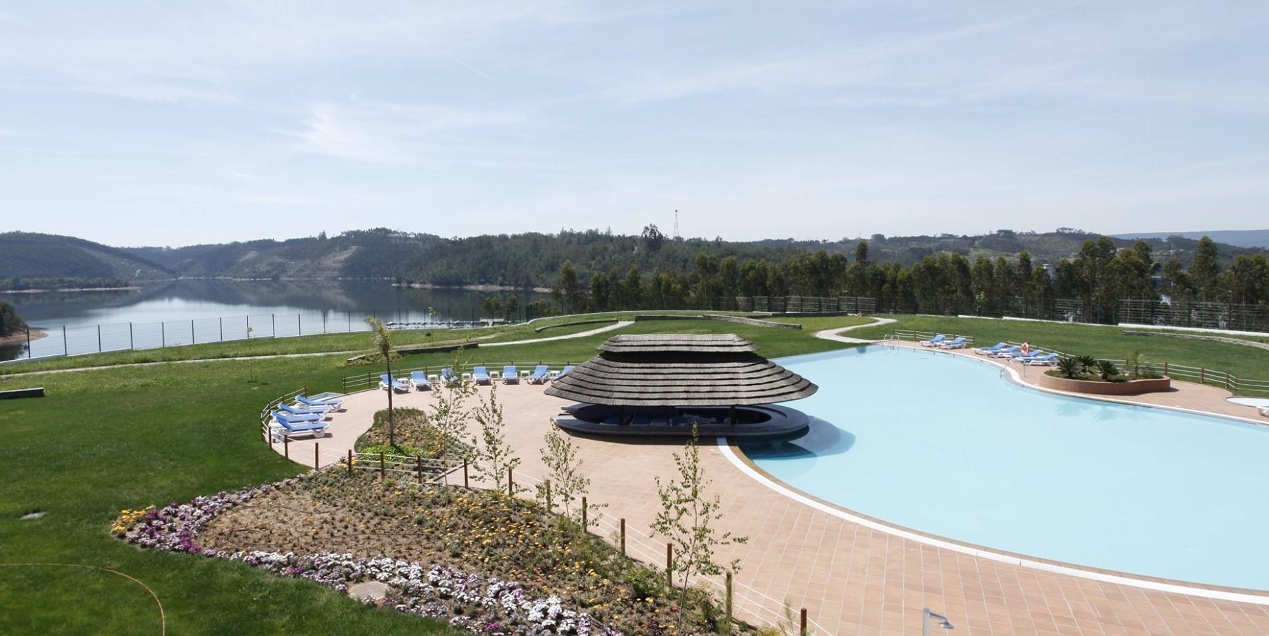 Um resort de cinco estrelas à beira do lago da Aguieira