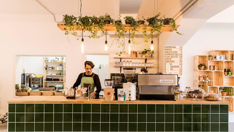 Kaya, Café, Cabeleireiro
