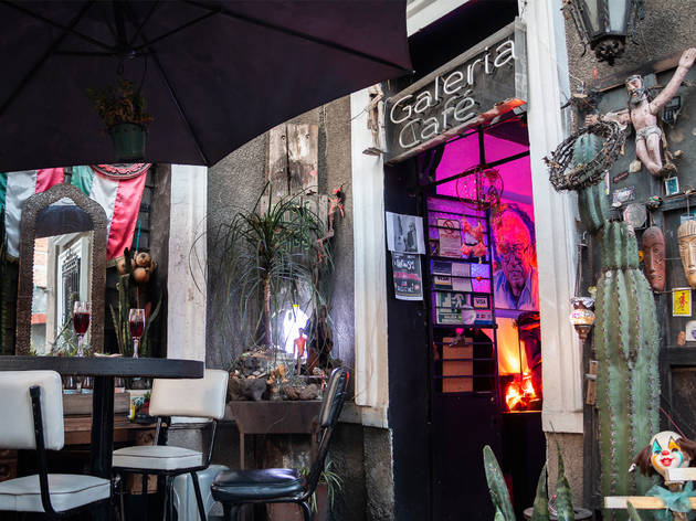 Intimismo: una galería de arte con bar que homenajea a Tin-tan y tiene música en vivo