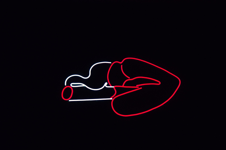neon labios e cigarro