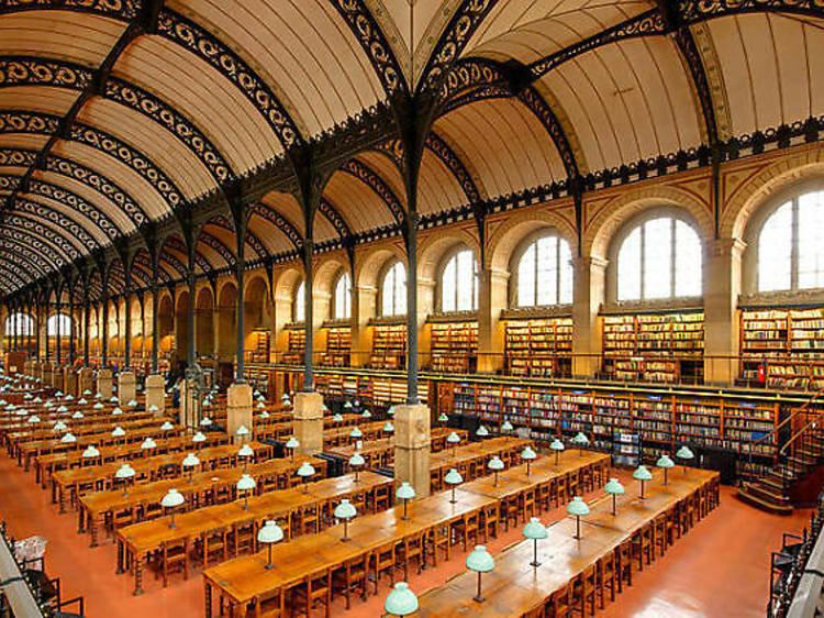 Etudier dans l'impressionnante bibliothèque Saint-Geneviève