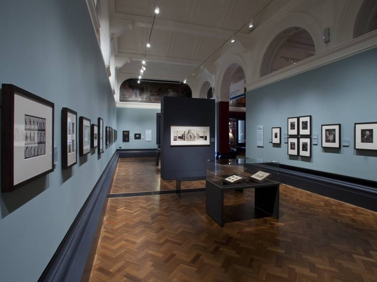 V&A Photographs Gallery