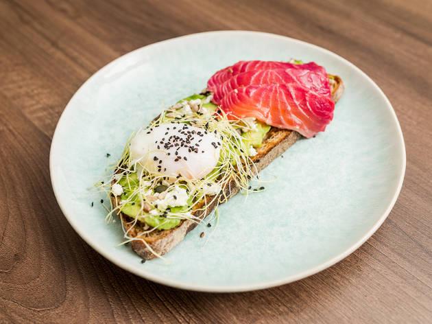 Bloom Café - Tosta de Abacate com ovo escalfado e salmão