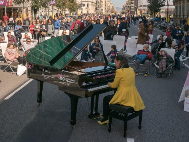 Pianista tocant un piano en el carrer Aragó tallat