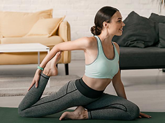 Mujer haciendo una postura de yoga