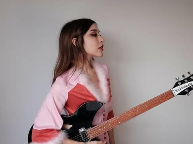 Una cantautora con su guitarra