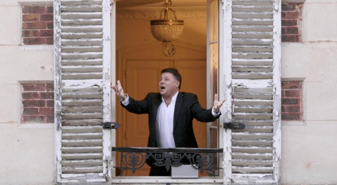 Tous les soirs, ce ténor chante de l'opéra à la fenêtre pour ses voisins !