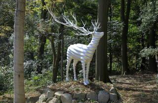 名和晃平《White Deer (Meiji Jingu)》2020 ブロンズに塗装 写真:木奥惠三