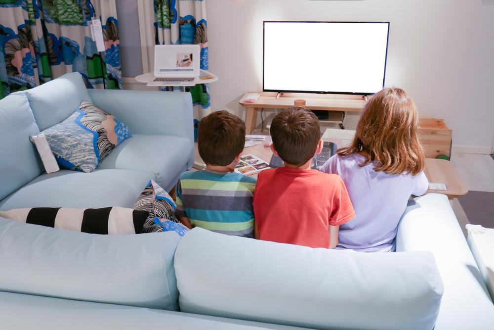 Niños viendo la tele