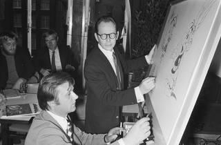 Uderzo en 1971, sentado, dibujando