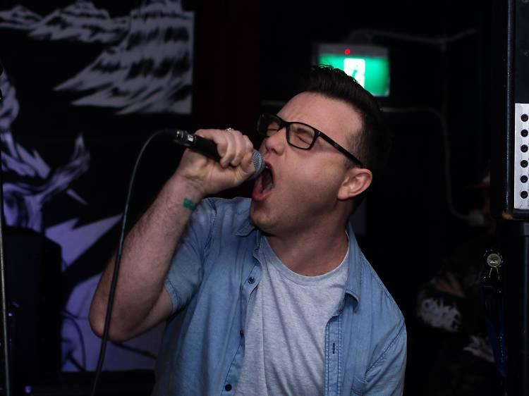 Dia 2: Organizar uma noite de karaoke