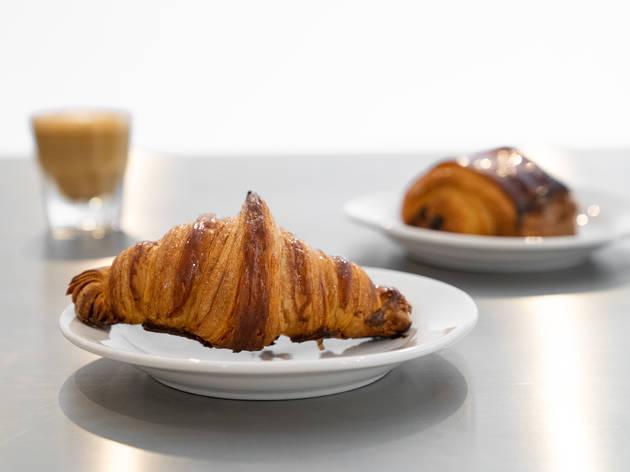 Marne, pan artesanal croissant y café