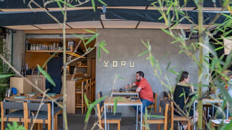 Yoru afuera con comida japonesa