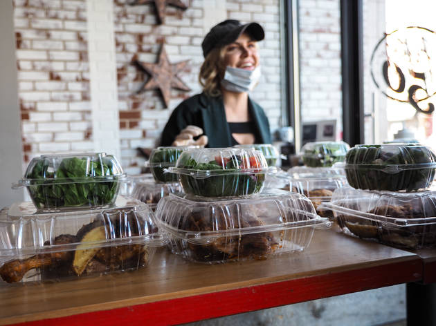 This Chicago restaurant group is handing out 400 free meals a day