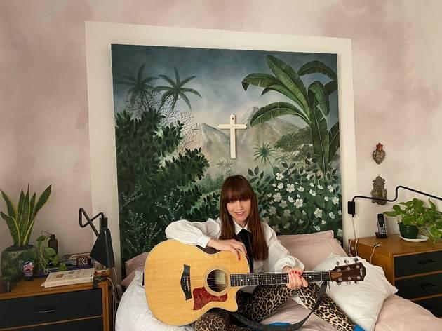 La Bien Querida en la habitación de su casa