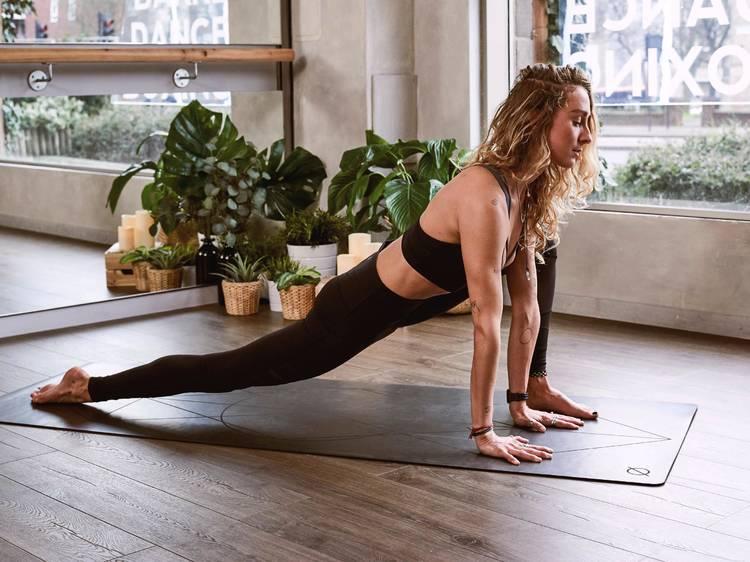 Ir ao tapete: descubra como praticar yoga em casa com estas aulas online
