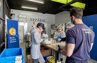Preparando comida para los más necesitados en Madrid