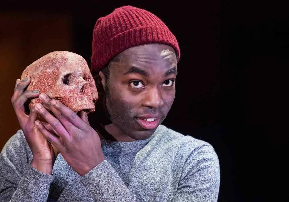 Paapa Essiedu com 'Hamlet' en la producció de la RSC de 2016.