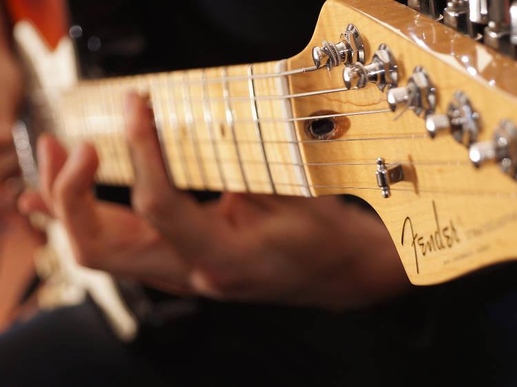 Fender oferece aulas gratuitas para aprender a tocar guitarra