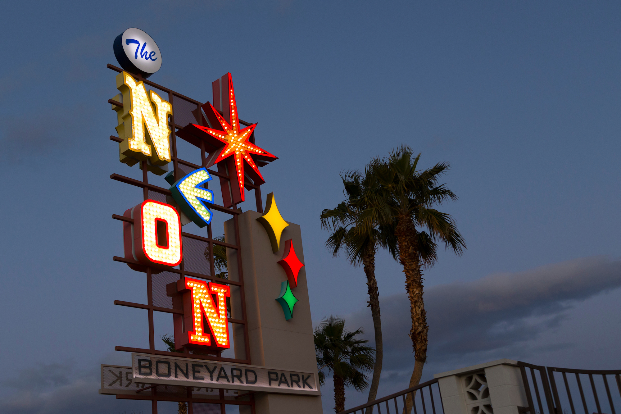 Wander a boneyard of vintage neon signs with this free app