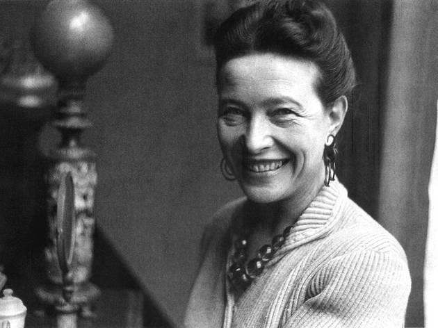 Simone de Beauvoir é uma das autoras representadas na biblioteca