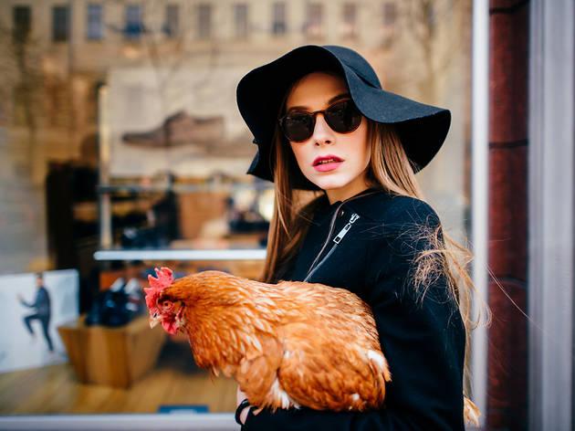 Una noia treu el gall a passejar