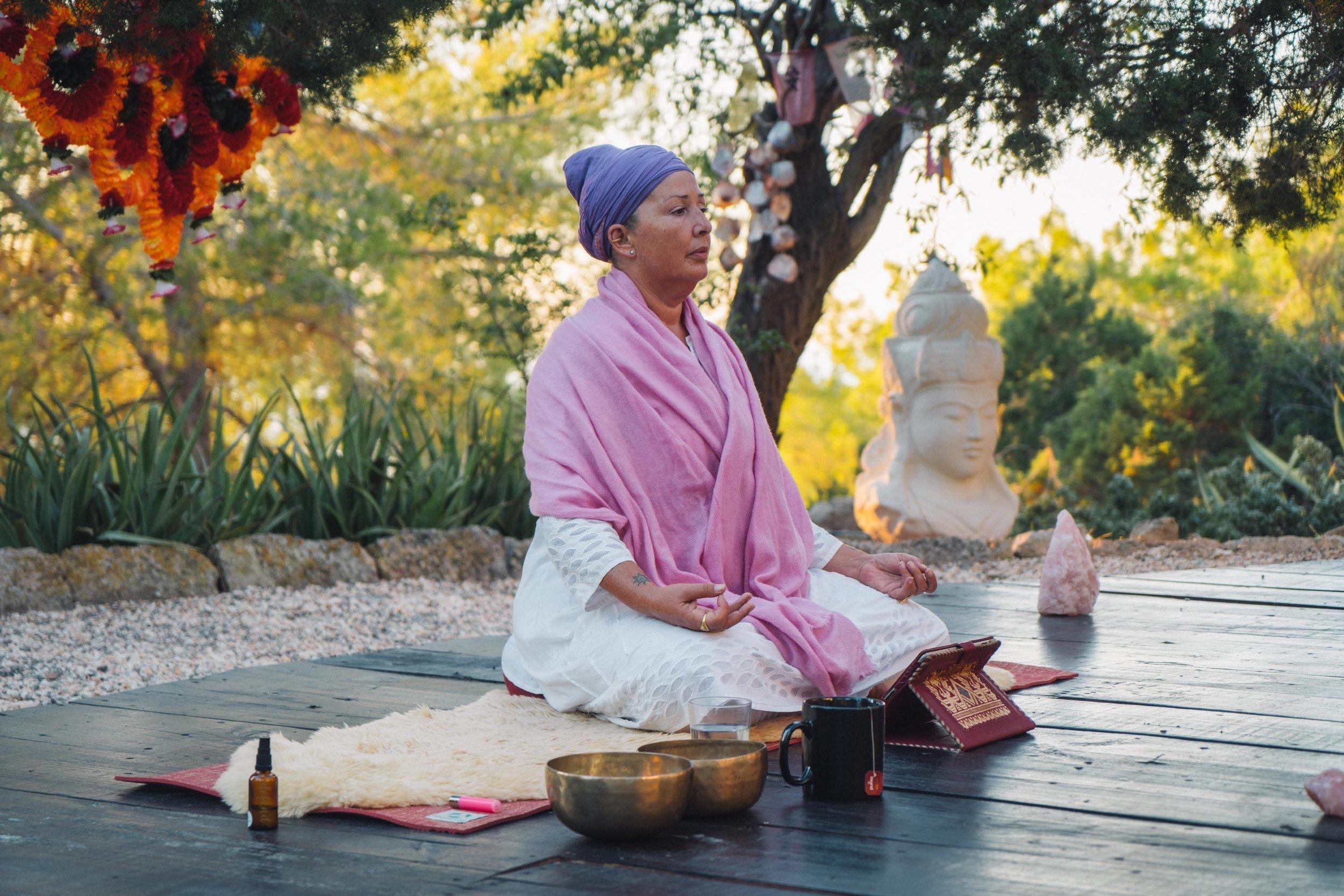 Faça um retiro de yoga de 40 dias em Ibiza, sem sair de casa