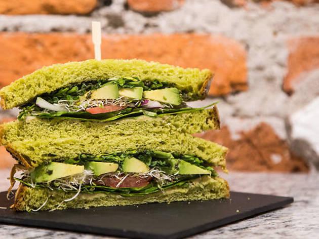 salve casa niza, sándwich green power con pan de espinac
