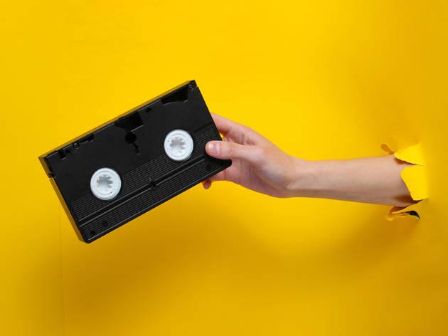 Cassette de VHS con fondo amarillo